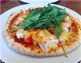 披萨的美味任谁都无法抵挡,但往往其售价不菲。本文为您介绍三种常见的居家披萨的制作方法。只要你有合适的厨具,美味的披萨准能满足你的味蕾,再配上一两款合适的美酒,其乐无穷。