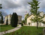 高塔、古怪庄主、大炮、颂歌等等,这些都是圣朱利安二级名庄——金玫瑰酒庄(Chateau Gruaud Larose)身上背负的符号。