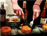 本文介绍在中秋佳节之夜,有哪些酒和饮料可以与月饼达成最完美的搭配。