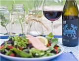 """黑皮诺(Pinot Noir)是高贵红葡萄酒之一,也被誉为""""红葡萄酒之后"""",它的颜色偏浅,充满了红色水果的清香,单宁低,酒体轻,气质极为优雅别致。下文为您介绍黑皮诺葡萄酒在配餐方面的讲究。"""