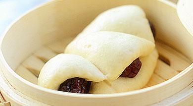 原料:普通面粉;发酵粉约面粉的1%;水约面粉的55%;红枣适量;调味:营养:枣馍是一种面食在河南、山西一带的民间流传广泛。一般是在过年时制作,用来祭奠祖先或作为外婆赠送外孙的礼物也是出嫁的女儿回娘家拜