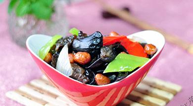 原料:水发木耳150g;洋葱1/4个;绿尖椒+红甜椒共1个;油炸花生米适量;调味:陈醋2大勺;白糖1大勺;生抽1/2大勺;盐少许;香油1小勺;营养:营养丰富的木耳,搭配颜色鲜艳的配菜,用酸酸甜甜的老醋