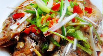 原料:红鱼3条;红青椒;青椒;葱段;姜丝;调味:黄酒3大匙;蒸鱼豉油2大匙;营养:清蒸鱼不仅能保持鱼的鲜美口感,而且烹饪方式也更健康一些。做法和步骤:清蒸红鱼做法和步骤1红鱼去内脏,洗净后放大盆内;青