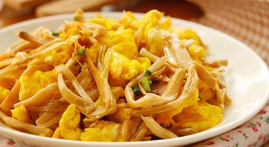 原料:黄花菜;鸡蛋;调味:盐;糖;香油;营养:鲜黄花菜不可生食,因其含有秋水仙碱,食用后会引起咽喉发干、呕吐、恶心等现象,须加工晒干后再食用,这样就无副作用发生。做法和步骤:黄花菜炒鸡蛋做法和步骤1黄