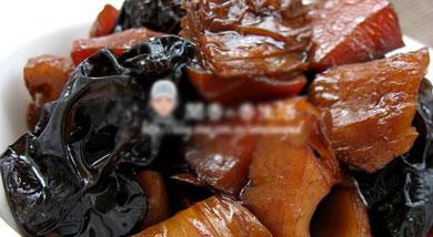 原料:腐竹4根;木耳10朵;藕1个;胡萝卜2根;葱;姜;八角少许;调味:老抽3小勺;生抽2小勺;糖4小勺;味精4克;水少许;营养:素什锦,我们常做,一般做法是将所有素食材集合,洗净、改刀、绰水,或凉拌