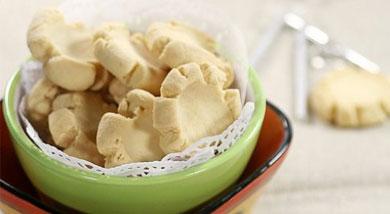 原料:低筋面粉100克;玉米淀粉100克;黄油100克;熟蛋黄2个;调味:盐1克;糖粉60克;营养:玛格丽特是绝对的新手级饼干,它不会用到繁多的工具,也不需要特殊的材料,简单朴实的外观,味道却是香酥可