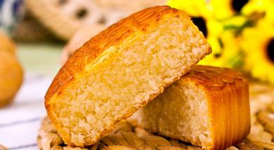 原料:金黄糖浆golden syrup42G;植物油18G;普通面粉60G;枧水1.2G;调味:蛋液60G;黄油60G;糖40G;椰蓉120G;低粉20G;营养:椰蓉是椰丝和椰粉的混合物,用来做糕点、