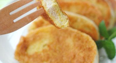 原料:馒头;鸡蛋;调味:油;盐;营养:此炸馒头简单易做,香酥松脆,色泽金黄,用生鸡蛋打碎搅匀后包裹馒头片,再放入锅中炸,味道鲜美,营养丰富。做法和步骤:黄金馒头片做法和步骤11、准备材料。2、鸡蛋加少