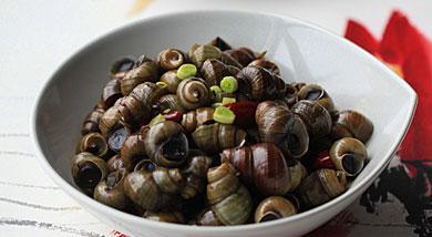 """原料:螺蛳500克;青蒜一根;香葱;姜;蒜;调味:花椒;干红辣椒两个;盐;白酒;生抽;老抽;糖;香油;营养:清明时节,正是采食螺蛳的最佳时令,因这个时节螺蛳还未繁殖,肉质最为丰满、肥美 故有""""清明螺,"""