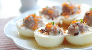 原料:鸡蛋3个;猪肉馅200克;香菇1朵;胡萝卜1小块;调味:盐1/2小匙;蚝油1大匙;料酒少许;清汤3大匙;水淀粉1大匙;植物油1匙;营养:用鸡蛋白来做小盅,载着一个个圆乎乎的小肉丸,像艘小船一样,