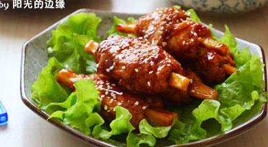 原料:豆筋;莲藕;调味:番茄酱;生抽3勺;糖1勺;植物油;营养:京都排骨是需要油炸后调味的,这不但不够健康,而且现在的猪肉你还敢吃吗?不如吃个豆制品做的素排骨,非油炸,味道却一样的浓郁,完全可以以假乱