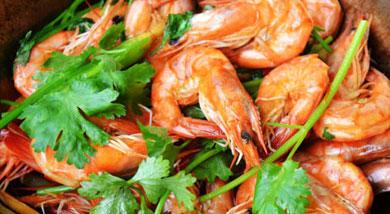 原料:新鲜的基围虾500克;鲜红椒一个;姜;蒜;葱白;香菜;调味:油;盐;料酒;胡椒粉;生抽;营养:大力推荐这道五分钟就能成就的极品美味虾哈,真的非常简单,而且味道没得说,新鲜的基围虾配上香菜,口感立