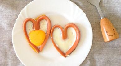 原料:香肠;鸡蛋;调味:食用油;营养:很容易买到的食材,做一个爱心香肠煎蛋,做早餐简单又可爱。做法和步骤:爱心香肠煎蛋做法和步骤1香肠从中间切成两半。2平面向下 再切一半 不要全部切完 留一点点连着。