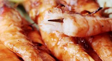 原料:虾;樱桃番茄;黄瓜;调味:食盐;香油;烤肉酱;海鲜酱;蜂蜜;营养:既然是烤着吃,BBQ酱自然是少不了的~还有海鲜酱,我在做海鲜菜的时候都会加的一个酱料。但是一定要炒熟后才能吃的。所以,经过高温烤