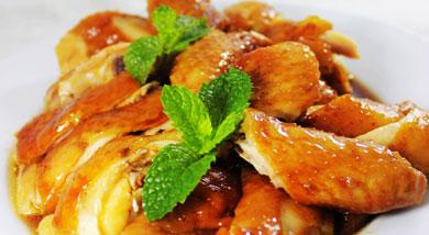 原料:鸡1只(不要太大,2斤左右就好);姜片;葱;调味:豉油;白糖;营养:广东人是无鸡不成宴,这种做法简单快捷,味道又不会差的豉油鸡,是不是一道简单又体面的宴客菜呢?做法和步骤:豉油鸡做法和步骤1把葱