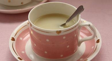 原料:黄豆50克;苹果1个;调味:白糖或冰糖适量;营养:这款苹果豆浆不但可以润肠通便,排除体内的毒素,还能改善人体的呼吸系统和肺部功能。常喝这款豆浆可以排毒养颜,滋润肌肤,益气养血,提神健脑。如果喝腻