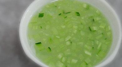 原料:大米;黄瓜调味:食盐少量营养:以清淡为主,低脂、易消化、富含纤维素。做法和步骤:黄瓜大米粥做法和步骤1【粥的熬制方法】:锅里放入足量的水,大火烧至锅里发出响声,水似开非开。大米用清水冲洗一遍,放