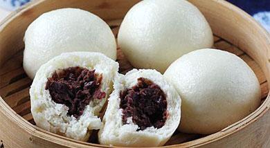 原料:面粉500克;酵母粉5克;泡打粉10克;牛奶或者清水250克;小调味:红豆250;白糖50克;玫瑰酱30克;营养:豆沙包,也称作豆蓉包,是以红豆沙为馅的麦包,为起源于京津的汉族小吃。豆沙馅的做法