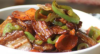 原料:五花肉;辣椒;胡萝卜;姜;蒜;调味:食用油;甜面酱;料酒;糖;醋;营养:喜欢辣一些的可以用指天椒哦,绝对让你爽到底。做法和步骤:酱爆肉片做法和步骤1五花肉切成薄片、姜、蒜切片备用。 辣椒、胡萝卜