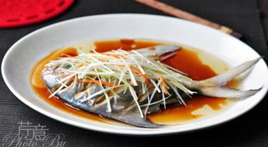 原料:冰鲜鲳鱼1条;葱丝;胡萝卜丝;葱片;姜片;调味:蒸鱼豉油(或鲜味酱油)适量;花生油2大勺;盐适量,胡椒粉适量;料酒适量;营养:一条冰鲜的鲳鱼——颜色银亮、肉有弹性,鱼眼亮白、鱼鳃鲜红——尽可拿来