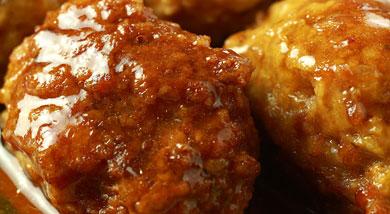 原料:五花肉(肥四瘦六)一斤;马蹄五个;鸡蛋一个;葱;大料两个;姜;调味:酱油15克;盐8克;白糖5克;黄酒10克;醋一点点;香油少许;胡椒粉少许;淀粉;营养:在中国人的概念里,团圆最重要,因此年夜饭