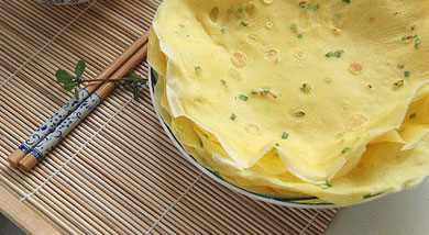 原料:普通面粉80克;牛奶120克;鸡蛋4个;香葱2根;调味:盐;营养:鸡蛋饼是由新鲜的鸡蛋、优质面粉、淀粉、食用盐、鸡精、葱、油等精制而成。口感润滑,细嫩,营养丰富,是早餐的最佳食品,不上火。做法和