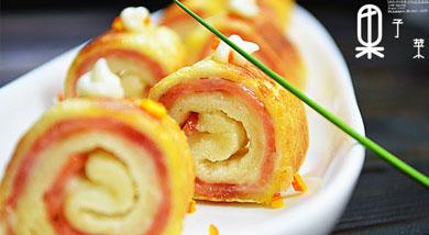 """原料:土司4片;火腿片2片;鸡蛋1个;调味:沙拉酱适量;橄榄油适量;营养:吐司面包是西式面包的一种,在欧陆式早餐常见,在香港的茶餐厅也有,原料是方包,放在烤面包机(香港称作""""多士炉"""")烤至香口,取出,"""