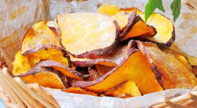 原料:红薯3个;调味:黄油20g;蜂蜜1勺;柠檬半个;盐少许;营养:今年的红薯第一烤烤了红薯干,刷了黄油、蜂蜜和柠檬汁,吃起来味道酥脆而清新,对得起我这贪婪的好胃口。做法和步骤:微波炉烤红薯片做法和步