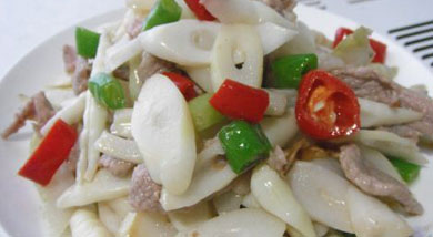 原料:猪肉200g;笋;辣椒;姜;调味:油;盐;营养:肉片炒鲜笋是一款很精致的新派鲁菜,这里说的精致是指口味、选料和制作手法上的精致。做法和步骤:鲜笋炒肉片做法和步骤1肉切片,姜切丝。2将笋尖切成片,