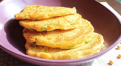 原料:豆渣1小碗、面粉小半碗;鸡蛋2枚;葱花;虾皮适量;调味:盐;白胡椒粉;花生油;营养:因为豆渣的加入,这个饼要比普通的葱花饼的口感更松软,少了粘腻。再配上一杯鲜豆浆,就是一顿营养又健康的美味早餐了