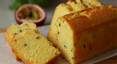 原料:黄油100g;幼砂糖100g;低粉100g;全蛋100g;无铝泡打粉2/3小勺;调味:香草精少许;百香果果肉60g;营养:磅蛋糕,又叫奶油蛋糕,一种常见的基础蛋糕。台湾称其为重奶油蛋糕或布丁蛋糕