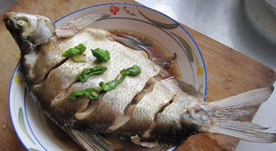 原料:鳊鱼;葱;生姜;调味:六月鲜生抽;黄酒;盐;油;营养:女儿比较喜欢吃鱼,这道微波炉版清蒸鳊鱼简单好做,味道清淡。做法和步骤:微波炉版清蒸鳊鱼做法和步骤1将鳊鱼杀好洗净,在两面背部划上几刀,然后在