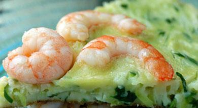 原料:黄瓜一根;活虾;鸡蛋两个(小个的);面粉;调味:盐;胡椒粉;水淀粉;清水;营养:带着黄瓜特有的清香,还有鲜嫩的虾仁。怎么看怎么像披萨,哈哈。极具中国特色的披萨,你也来一块吧...做法和步骤:虾仁