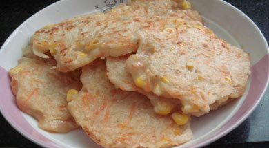 原料:小麦面粉250g;玉米粒;胡萝卜丝;土豆丝;调味:味精(可不加);精盐;胡椒粉;营养:做法和步骤:电饼铛玉米土豆胡萝卜饼做法和步骤1胡萝卜、土豆切丝;2鸡蛋放入少量凉开水打散;3把玉米粒、土豆丝