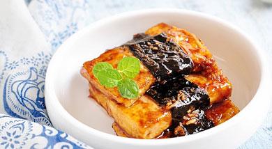 原料:豆腐200克;海苔2大张;姜末1大勺;调味:酱油3大勺;糖大1勺;干淀粉;营养:软嫩的豆腐,加上海苔的淡淡香气,不甜,也不咸,口感刚刚好,用它配米饭相当不错。做法和步骤:照烧海苔豆腐做法和步骤1