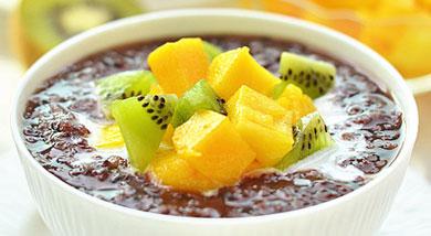 原料:黑米1份;大米1份;芒果1个;猕猴桃2个;椰浆少许;白糖适量;调味:营养:黑米本身特有的清香,配着椰浆芒果还有猕猴桃拌起来,多种香味的汇合味道棒极了软糯香甜,有一种热带风情甜品的感觉,也让早餐粥