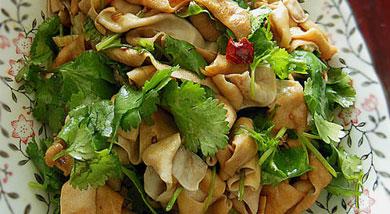 原料:鸭肠一斤;大蒜3瓣;芫荽;调味:生抽;鸡精;辣椒;植物油;麻油;营养:鸭肠富含蛋白质、B族维生素、维生素C、维生素A和钙、铁等微量元素。对人体新陈代谢,神经、心脏、消化和视觉的维护都有良好的作用