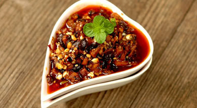 原料:鲜香菇;五花肉;大葱;熟花生米;熟芝麻;调味:生抽;老抽;白糖;老干妈;营养:天热的时候,备点搁在冰箱里头,不想烧菜的时候,拿它出来拌个面,甚至是拌个饭什么的,都相当舒坦。做法和步骤:香菇炸酱做