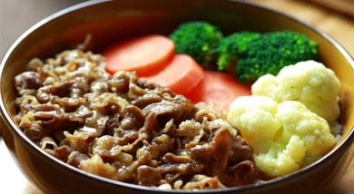原料:大米;肥牛;菜花;洋葱;胡萝卜;芹菜;西兰花;调味:生抽;蚝油;白糖;黄酒;胡椒粉;味噌;植物油;营养:肥牛饭是大家都比较喜欢吃的,而且做法比较简单,今天我这里多了一步,虽然麻烦一些,可是会让汤