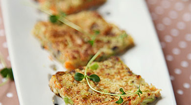 原料:西葫芦1个(中等大小);胡萝卜1根;香菇5朵;菜心100克;鸡蛋2个;面粉约1杯(250ml);调味:花椒粉1/2茶匙(3ml);六月鲜有机酱油1汤匙;油;营养:这种我称为蔬菜饼的饼应该就是在北
