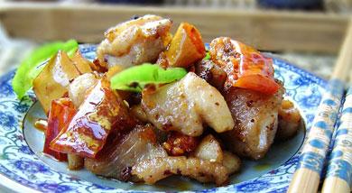 原料:鸡腿;香酥椒;花椒;葱;姜;调味:料酒;盐;酱油;营养:一直以来都喜欢吃一种佐餐的小食---香酥椒,香香脆脆的,超级下饭,家中必备的.这次做鸡肉,家里的干红辣椒用完了,就用它代替,无心之举,效果