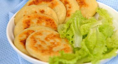 原料:土豆300克;牛奶50克;鸡蛋50克;面粉220克;调味:营养:这样早餐饼,再加上几片卤牛肉或者火腿,一个凉拌菜,一碗粥或奶(豆浆),走时带点水果和坚果,孩子一上午的营养和热量就足够了。做法和步