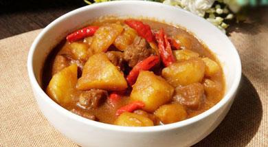 原料:梅花肉;土豆;葱;姜;八角;调味:生抽;老抽;营养:今天上的这个土豆炖梅花肉做过好几次,还好每次娃都很喜欢吃。梅花肉特别的嫩,土豆炖的软软的,并且一部分土豆融入到汤里,用汤拌饭吃,很美味很美味了