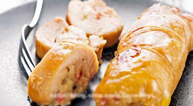 原料:鸡腿2只;台式香肠4根;冬笋尖4根;干香菇5朵;枸杞约20粒;糯米150克;葱末1茶匙(5克);姜末1茶匙(5克);蒜末1茶匙(5克);调味:烧烤酱2汤匙(30ml);蚝油2茶匙(10克);黄酒
