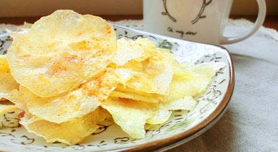原料:去皮马铃薯一颗;调味:黑胡椒粉;融化黄油(或是植物油);盐 (蒜粉;洋葱粉)营养:我家是因为吃素,不能放其它的调味料,不吃素的人可以放蒜粉,或是洋葱粉味道会更香的。油要放一些,(放黄油会更香,没