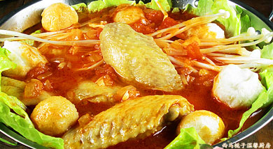 原料:鸡翅;金针菇;杏鲍菇;生菜;鱼丸;鲜番茄;调味:史云生原汁上汤;番茄酱;盐;洋葱;营养:番茄鸡翅火锅营养丰富,酸甜可口茄,味道清香,可以涮食海鲜、动物肉品、各类蔬菜。在涮锅前还可以品尝涮锅的汤料