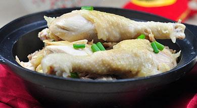 原料:清远鸡1只;干香菇40克;葱30克;蒜15克;沙姜15克;调味:盐5克;黄油15毫升;营养:今天就上一道在白切鸡的基础上,再用砂锅来保温的吃法, 加入了香菇和沙姜,香味很浓郁,喜欢的童鞋可以试试