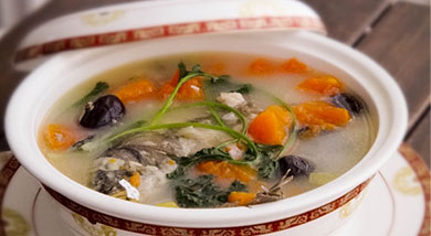"""原料:鲤鱼1条(最好500克左右);木瓜0.5个;红枣12颗;葱;姜;调味:黄酒;盐;味精;油;营养:木瓜营养丰富,含有多种营养物质,具有健脾消食的功效,红枣具有""""天然维生素丸""""的美誉,能安神补血,经"""