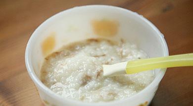 原料:大米(最好用东北大米)50克;猪骨汤500克;调味:营养:适合六个月以上的宝宝。做法和步骤:补钙骨头汤粥做法和步骤1将大米用搅拌机打干粉的工具打成米碎,这么做一是为了使粥更粘稠、米粒更碎适合宝宝