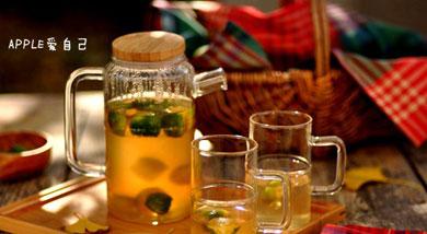 原料:青金桔;绿茶;柠檬;薄荷;调味:冰糖;蜂蜜;营养:青金桔 特别可爱,我老喜欢买很多回来放着,看着就开心,我感觉喜欢这个茶还多于水果茶。做法和步骤:青桔柠檬茶做法和步骤1青金桔两头切去,对半切,留